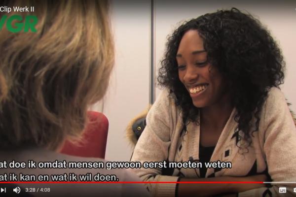 Chronisch zieke Chanice Doekhi overlegt met haar jobcoach voor ze gaat solliciteren.
