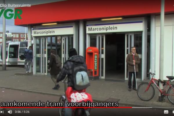 VGR-adviseur Jan Poot wacht bij metrostation Marconiplein op ontwerper buitenruimte Suzan van der Horst om haar te adviseren