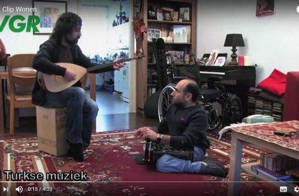 Rolstoeler en percussionist Selahattin maakt met een vriend muziek in zijn aangepaste woning.